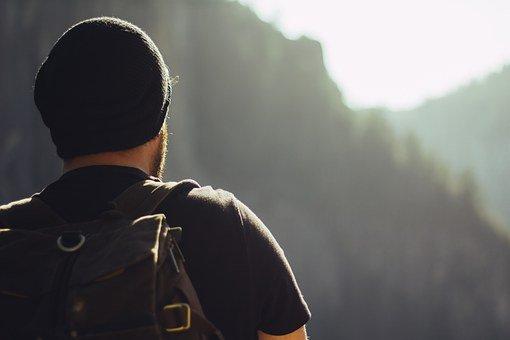 Foto van een backpacker op pad