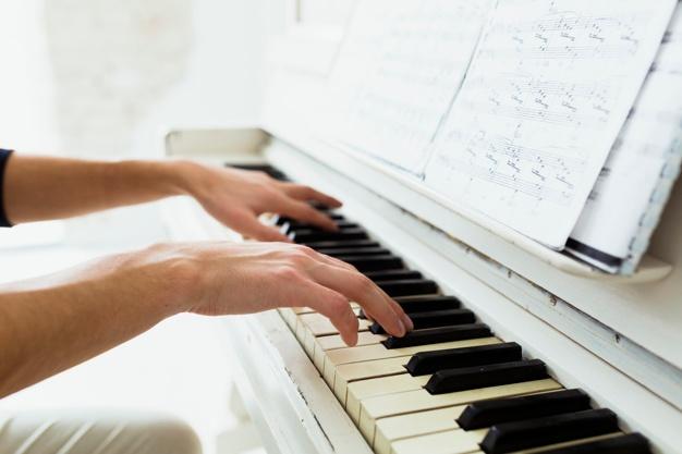 pianoles van rené review. Foto van 2 handen boven piano klavier