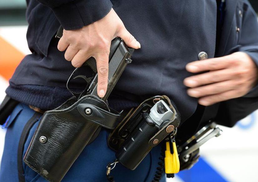 Politietest Coaching Programma Review. Foto van politieagent met revolver