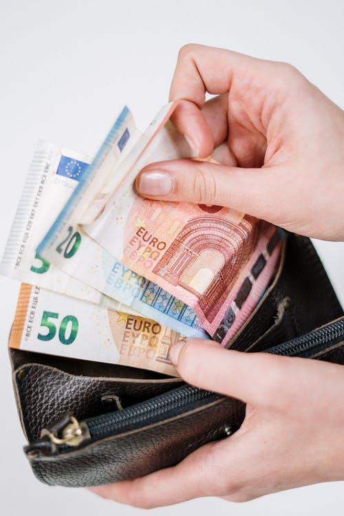 Affiliate Marketing Revolutie Review.  Foto van portemonnee met geld.