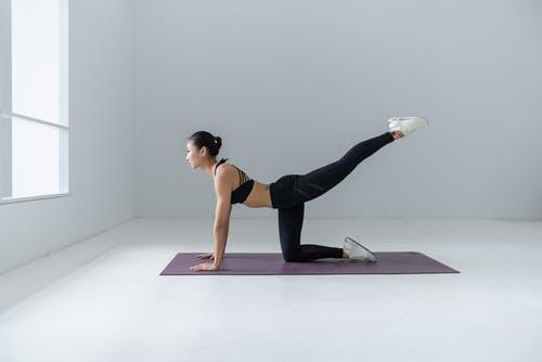 Droog Trainen Protocol Vrouwen. Foto van vrouw die oefening doet op een mat.