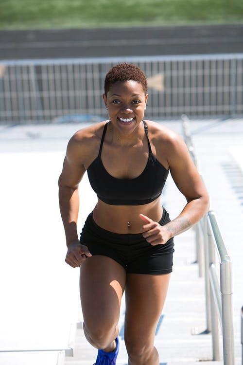 Droog Trainen Protocol Vrouwen Review. Foto van vrouw die aan het sporten is.
