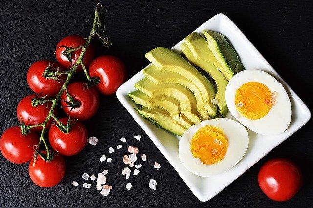 Beginnen met het keto dieet. Foto van avocado, tomaat en ei