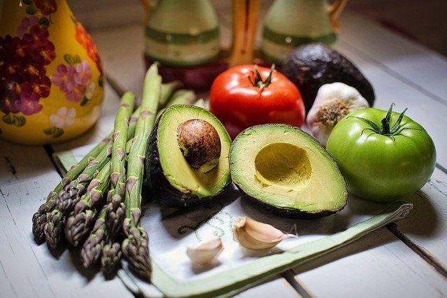 Foto van gezonde ingrediënten zoals tomaat, avocado en asperges