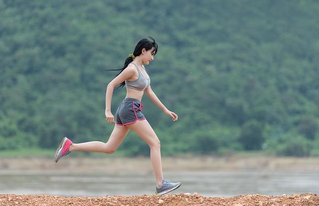 Foto van een jonge vrouw die aan het hardlopen is
