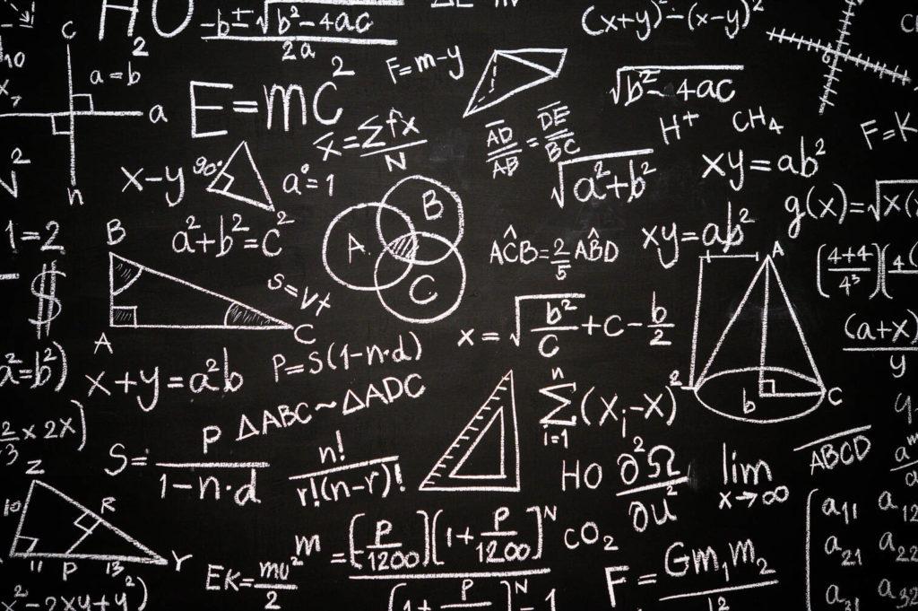 Foto van een schoolbord volgeschreven met wetenschappelijke formules