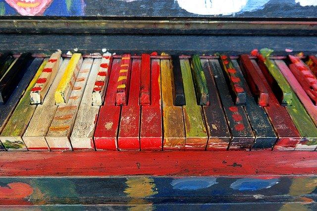 Beginnen met pianospelen. Pianoklavier in vrolijke kleuren.