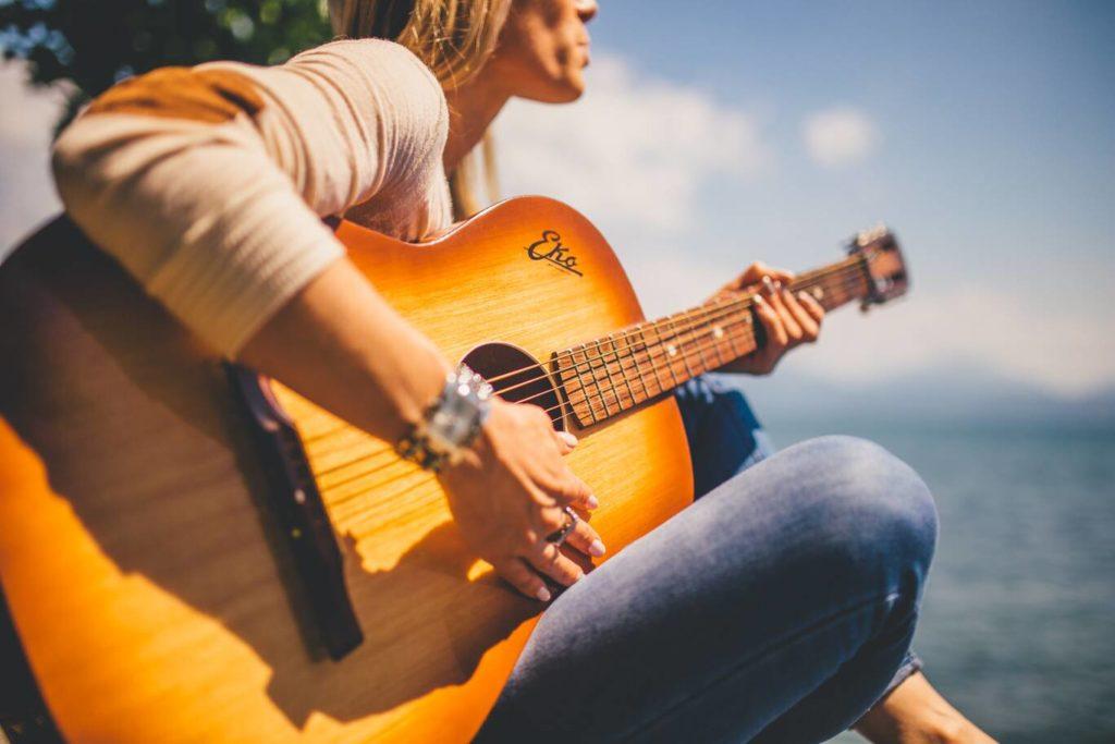 Gitaartabs review. Foto van vrouw die gitaar speelt
