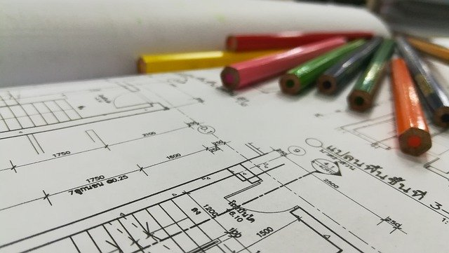 Foto van een bouwtekening met potloden